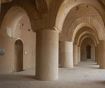 Pfeilerhallen sind charakteristisch für die Moschee in der iranischen Stadt Damghan, die auf das 9. bis 10. Jahrhundert datiert wird