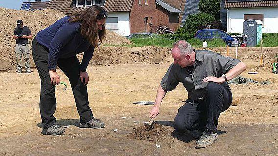 Gemeinsam untersuchen und diskutieren Dr. Sven Spiong (LWL-Archäologie für Westfalen) und Christiane Kunze (ArchaeoFirm) den Befund