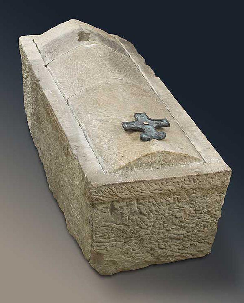 In diesem Sarkophag wurde Bischof Meinwerk Nach seinem Tod am 5. Juni 1036 beigesetzt; der Deckel ist nicht original.(Foto: A. Hoffmann)