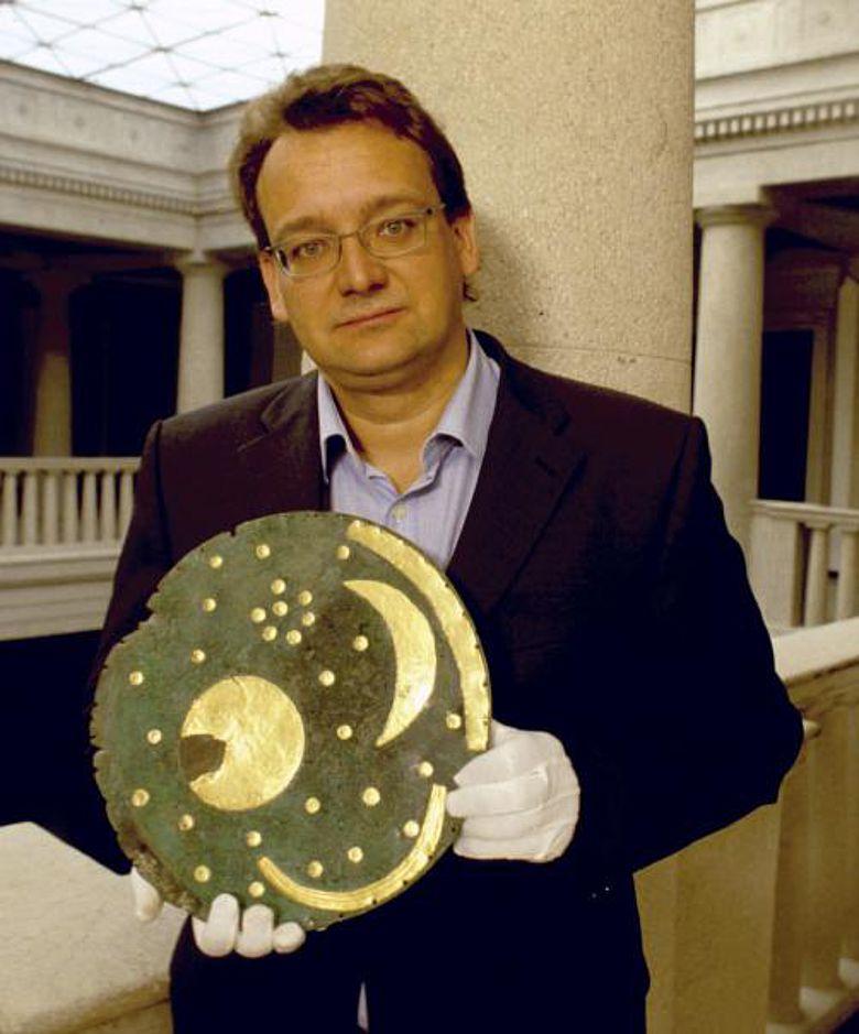 Dr. Harald Meller mit der Himmelsscheibe von Nebra (Foto: Landesamt für Denkmalpflege und Archäologie Sachsen-Anhalt)