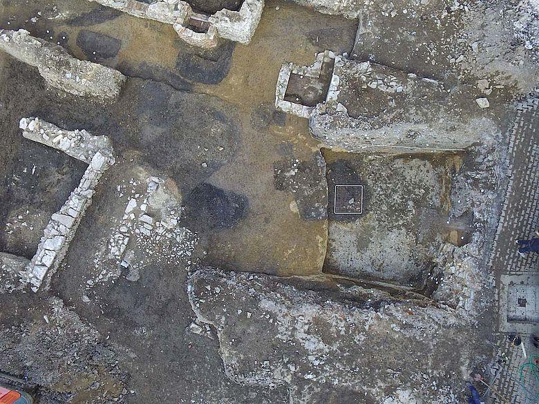 Luftbild eines Teils der Grabungsfläche mit Mauern von Kellern und Parzellengrenzen
