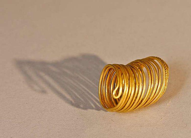 Dieser goldene Spiralring gehört zu den besonderen Funden der Grabungskampagne 2011