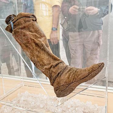 Stiefel einer Salzmumie im Nationalmuseum Teheran