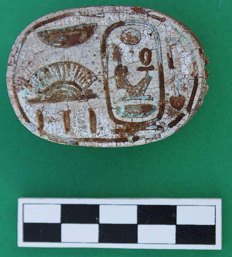 Skarabäus verziert mit dem Namen des Pharao Amenhotep III (© M. Peilstöcker & JCHP)