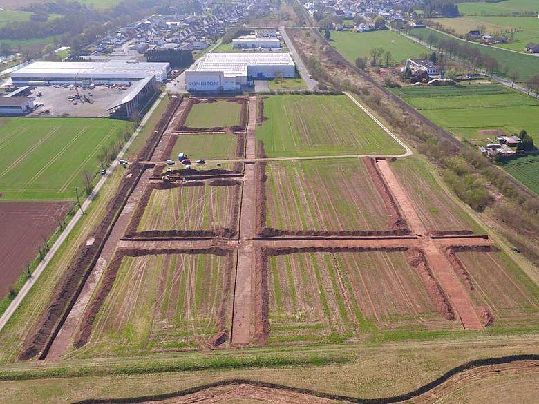 Gelände des Gewerbegebietes Westheim II bei Marsberg mit den Suchschnitten