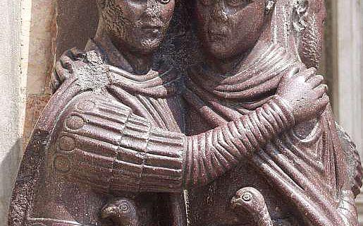 Zwei Kaiser in einträchtiger Umarmung