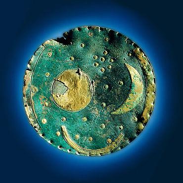 Abb. 4: Die Himmelsscheibe von Nebra (Foto: Jurai Lipták, © Landesamt für Denkmalpflege und Archäologie Sachsen-Anhalt)