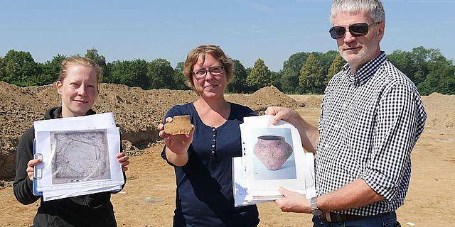 Präsentieren Funde und Grabungsergebnisse: Jana Woyzek, Ines Jöns, Prof. Michael Baales