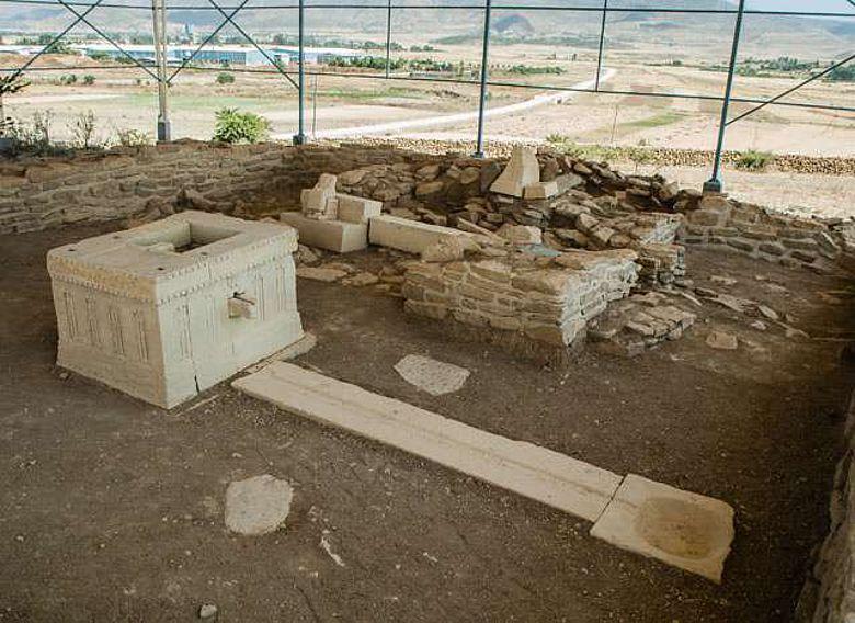 Hauptraum des Almaqah Tempels – Kopien des sabäischen Libationsaltars und des Kultinventars im Altarraum (Foto: P. Wolf, Orient-Abt. 2012)