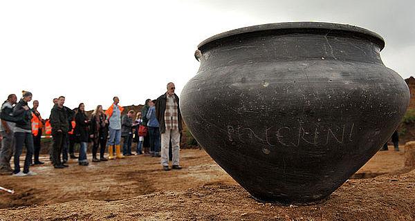 Der Siedlungsplatz in Arnoldsweiler gibt auch Auskunft über die damalige Bestattungskultur - Grabbeigaben waren üblich. (Foto: Ludger Ströter / LVR)