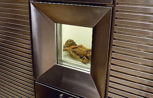 Der Mann aus dem Eis in seiner Kühlzelle (© Südtiroler Archäologiemuseum)