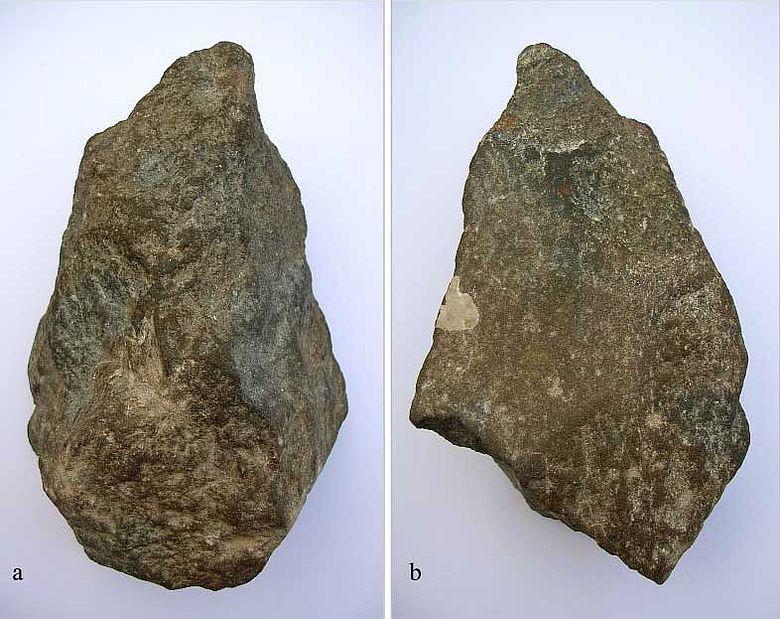 Haidershofen an der Enns, NÖ. Faustkeil 1 des Acheuléen aus Quarzit. (Länge: 12,70 cm). a Dorsalansicht; b Ventralansicht (Foto: A. Binsteiner)