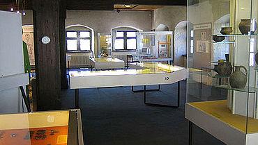 Ein Blick in die Ausstellung im alten Kornhaus (Foto: Stadtmuseum Weingarten)