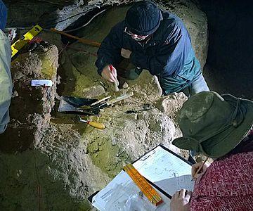 Grabungen in einer Höhle