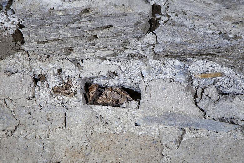 1.000 Jahre altes, eingemauertes Schalbrett
