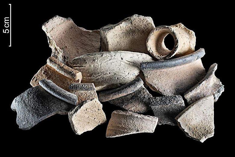 Auswahl frühmittelalterlicher Keramikscherben aus dem Kellerbereich