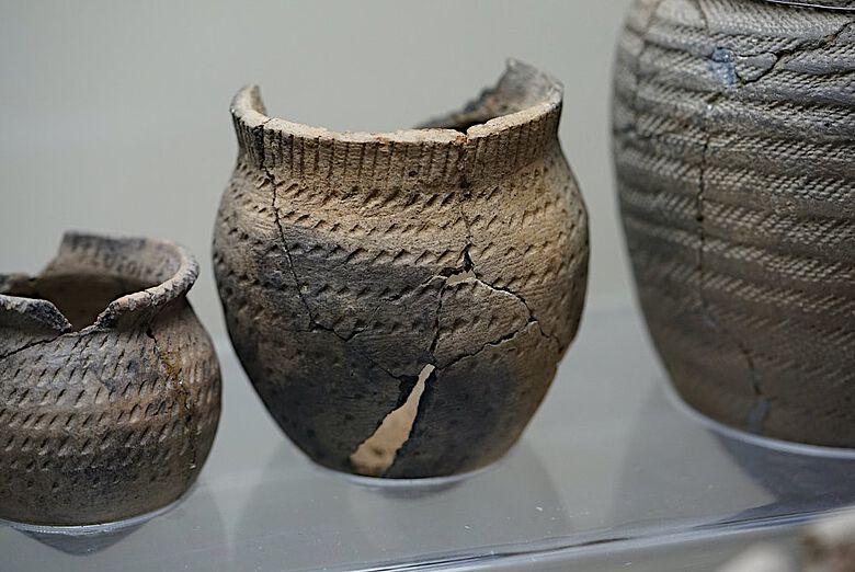 Afanasievo-Keramikgefäße aus dem Komplex der Elo-Stätte, ausgestellt im Anokhin-Museum in Gorno-Altajsk, Republik Altai, Russland