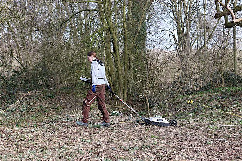 Eine Mitarbeiterin der LWL-Archäologie für Westfalen zieht die Bodenradarantenne