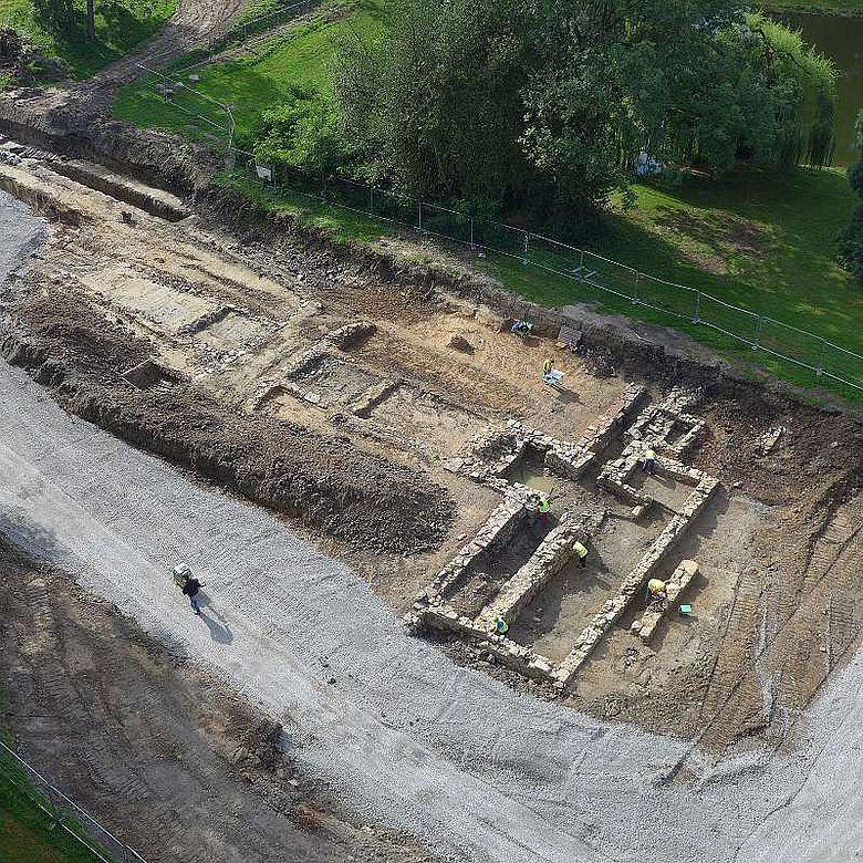 Ausgrabungsfläche und Teile der Vorburg