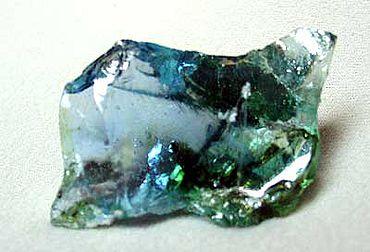 Abb. 3| Rezenter Glasbrocken aus eisenblauem und -grünem Glas (Fehlcharge) (Foto: P. Kurzmann)