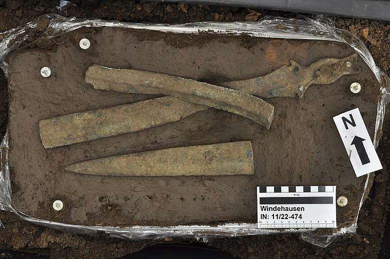 In der befestigten Siedlung der Bronzezeit wurden absichtlich zerbrochene Schwerter niedergelegt (Foto: TLDA)