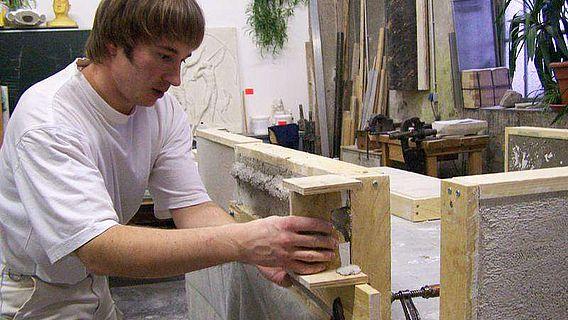 Stuckateur Stephan George bei der Rekonstruktion eines gezogenen Stuckprofils (© Fraunhofer IBP)
