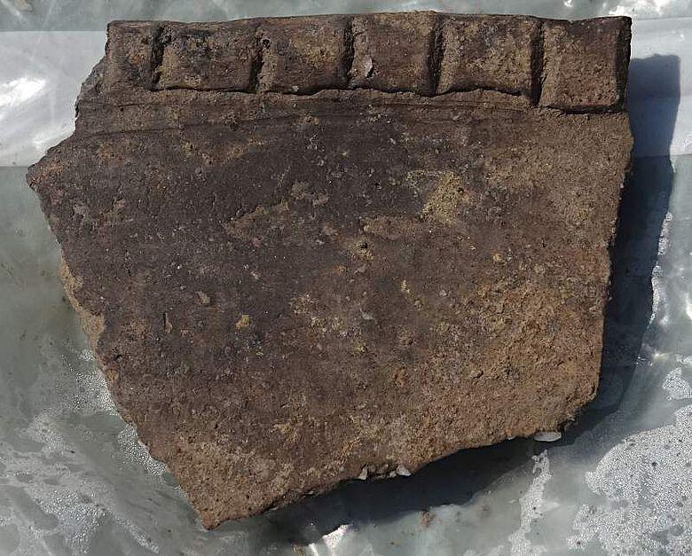 Randscherbe eines großen kaiserzeitlichen Vorratsgefäßes mit einer Verzierung aus Fingernageleindrücken
