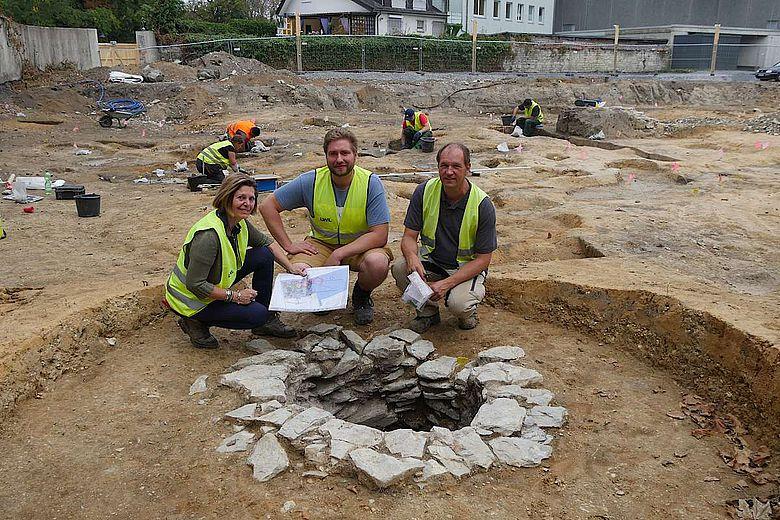 Hinter einem mittelalterlichen Brunnen: Dr. Sveva Gai und Till Lodemann