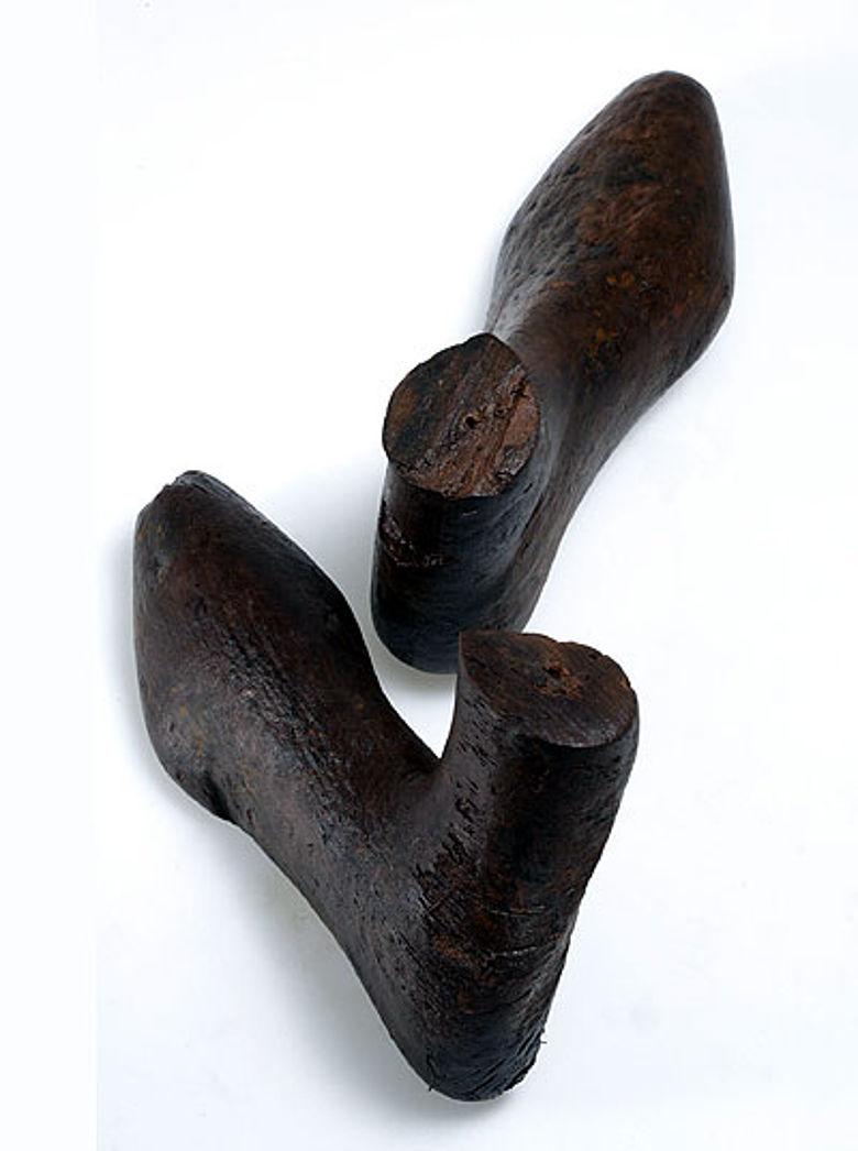 Die gefundenen Schuhleisten aus dem 1. Jh. n. Chr., über die der römische Schuhmacher das Leder zog. (Abteilung Archäologie und Denkmalpflege, Baudirektion Kanton Zürich)
