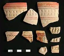 Gestempelte und bemalte Keramik (Oberflächenfunde). (Foto: P. Wolf)