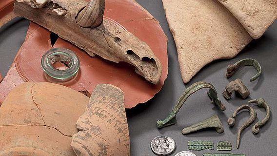 Die Funde spiegeln das Alltagsleben der römischen Legionäre: vom Soldatensold, Ess- und Trinkgeschirr, Gewandspangen, Salbfläschchen bis hin zu Tierknochen. Die Funde datieren sämtlich in die Zeit des Kaisers Augustus (Foto: LWL/S. Brentführer)