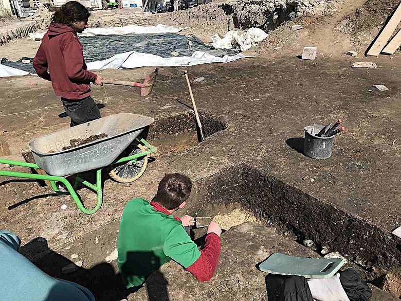 Der Grubenkomplex wird durch eine einheitliche Brandschuttverfüllung aus Holzkohle und verziegeltem Lehm überlagert
