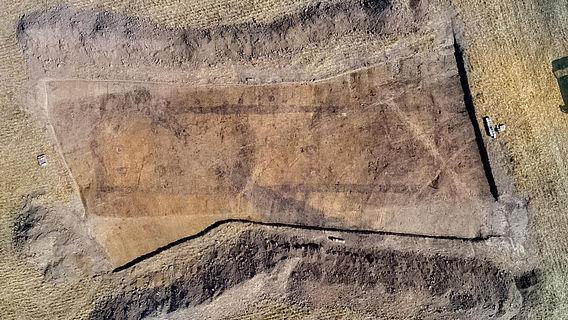 Grundriss eines neolithischen Hauses im Luftbild