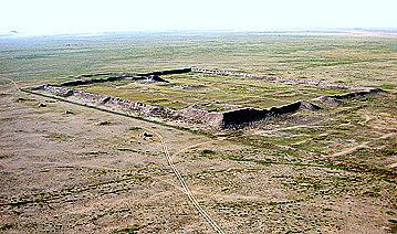 Schon aus 30 Kilometern Entfernung aus der Luft gut sichtbar: die historische Palaststadt von Qarabalgasun.