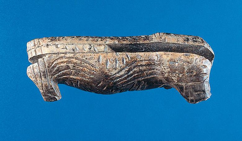Rentierplastik aus Mammut-Elfenbein, ca. 32.000 Jahre alt, L. 6,35 cm. Niederstotzingen - Stetten ob Lonetal, Vogelherdhöhle (Kreis Heidenheim). (Foto: Urgeschichtliches Institut der Eberhard-Karls-Universität Tübingen, H. Jensen)