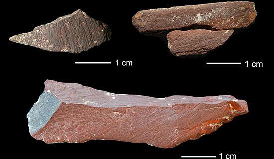 Ockergesteine mit Gebrauchsspuren, die vermutlich zur Herstellung von roten Farbpigmenten dienten (Photo: The Mossel Bay Archaeology Project)