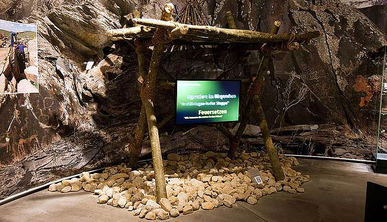 Nachgebaute Feuersetzbühne; hier werden zudem Präsentationen zu den Themen Forschungsprojekt DBM und Feuersetzen gezeigt (Foto: Th. Rabsilber, DBM)