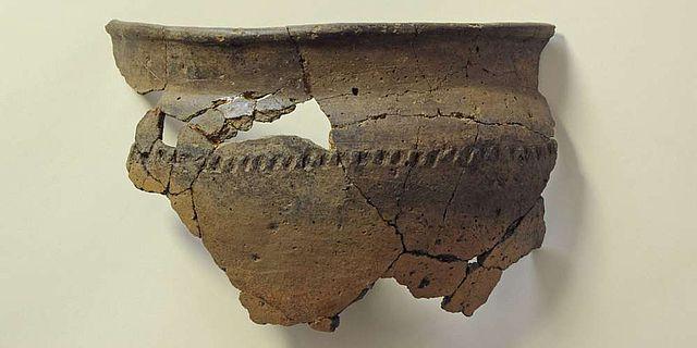 Die zusammengepuzzelten Scherben stammen von einem Gefäß aus dem 2. oder 3. Jh. n. Chr.
