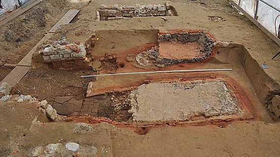 Im Vordergrund Reste der beiden Töpferöfen, im Hintergrund Lehmgrube (zvg ADB)