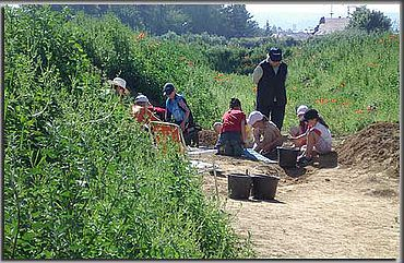 Die Nachwuchsarchäologen bei der Arbeit. (Foto: M. Tremmel)