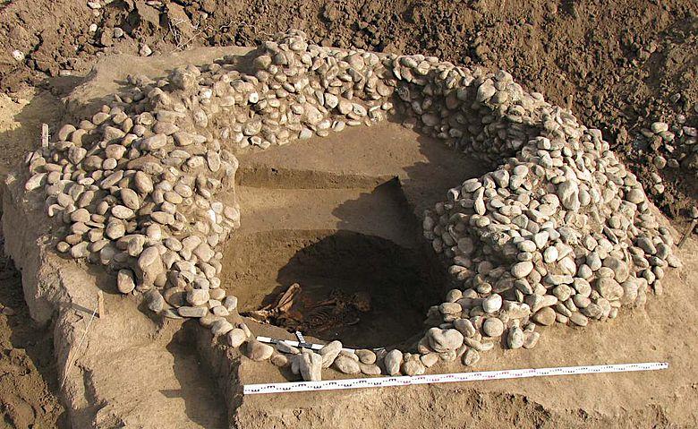 Freigelegtes Grab im Kurgan von Mar'inskaja 5