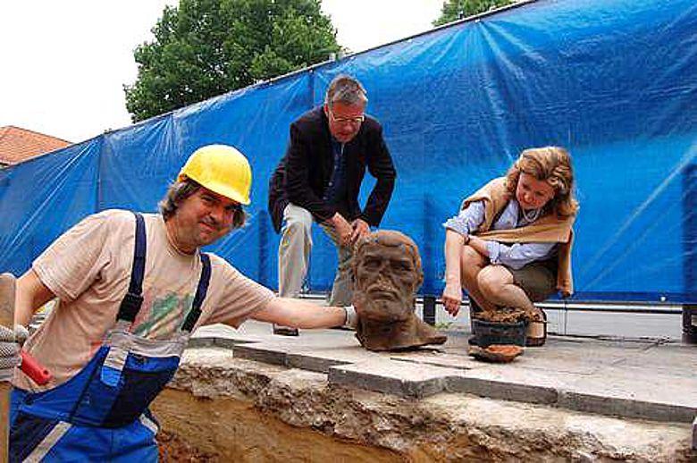 Museumsdirektor Dr. Hermann Arnhold und Kuratorin Dr. Angelika Lorenz inspizieren die ersten Fundstücke
