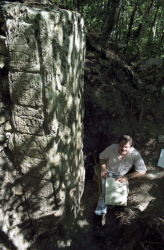 18 Stelen und sechs Altäre haben die Bonner Wissenschaftler in Uxul entdeckt, alle mit Maya-Inschriften versehen. Forscher Nikolai Grube zeichnet Glyphen und Darstellungen mit dem Bleistift maßstabsgetreu nach (Foto: Ewald Graf)