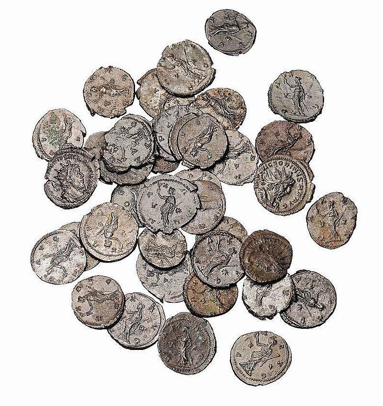 Münzhaufen mit römischen Münzen, auf denen die Friedensgöttin dargestellt ist