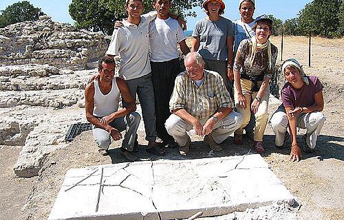 Das deutsch-türkische Grabungsteam mit der in Alexandria Troas entdeckten Inschriftenplatte
