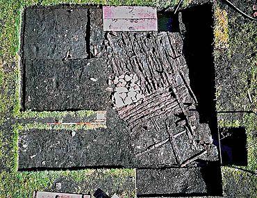 Ein fast komplett erhaltener Hausfußboden