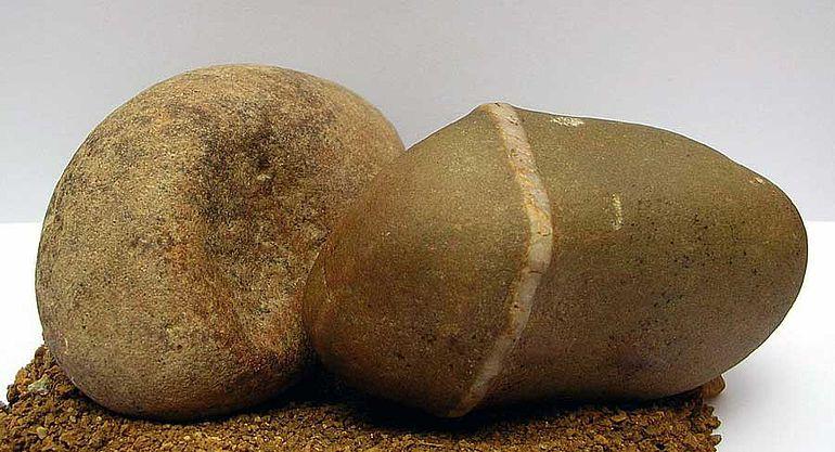 Abb. 6| Haidershofen, NÖ. Zweiteiliger Farbmörser des Homo erectus aus Reibschale (Mörser) und Stößel (Pistill) (Foto: A. Binsteiner)