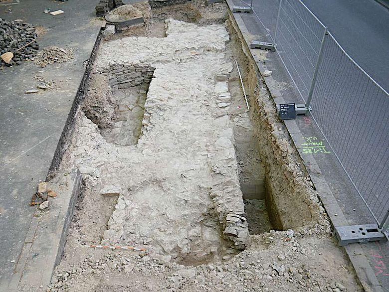 In dem kleinen Schnitt ist die Mächtigkeit der alten Stadtmauer gut zu dokumentieren