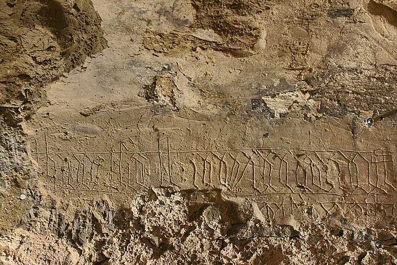 Die Restauratoren fotografierten die Inschrift unter Streiflicht, um konturenscharfe Bilder zu erhalten. (Foto: LWL)