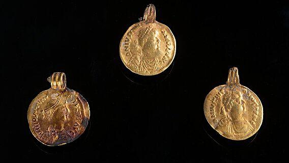 Drei Goldbrakteaten vom Halsschmuck der Gautinger Dame nach dem Münzbild Kaiser Justinians